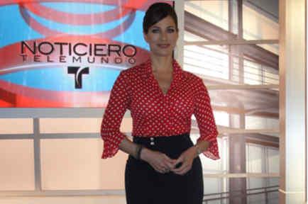 Carmen Dominicci resalta el set del noticiero con su elegancia