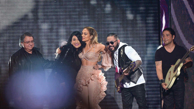 Jennifer Lopez y Los Dinos hacen homenaje a Selena en los Premios Billboard 2015