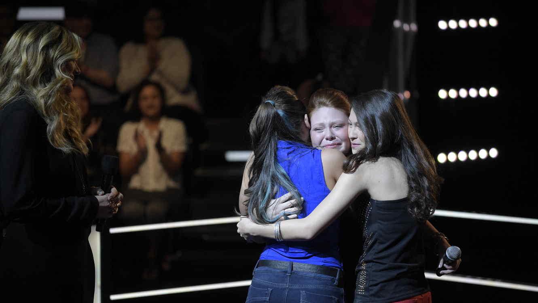 Las chicas se abrazan al terminar batalla Team Pedro