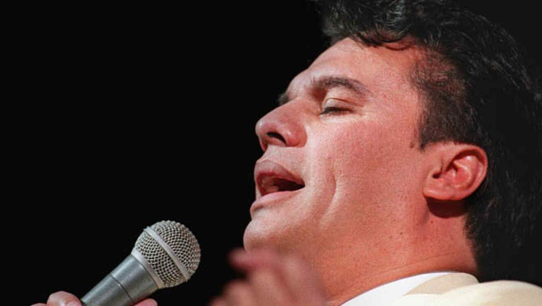 Juan Gabriel cantando