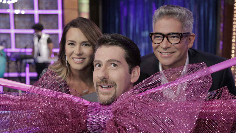 Erika de la Vega, Eduardo Videgaray y Boris Izaguirre con lazo rosa en Ya era Hora