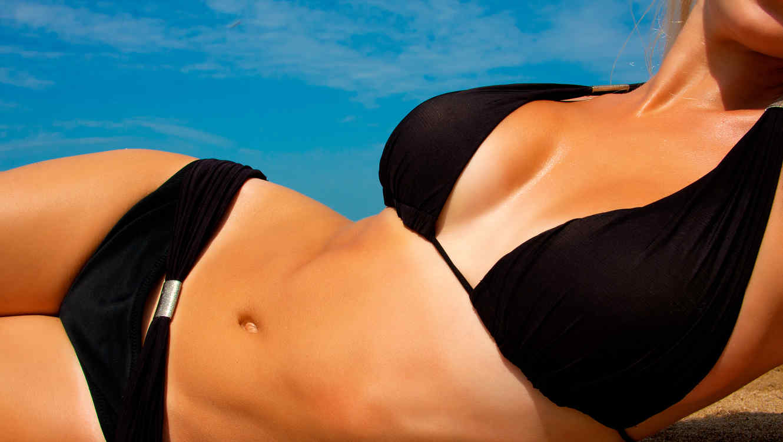 Mujer en bikini negro