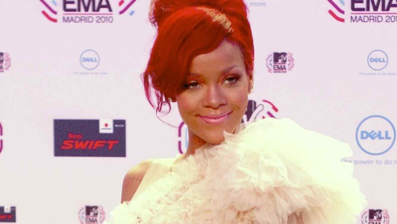 Rihanna, cabello  rojo