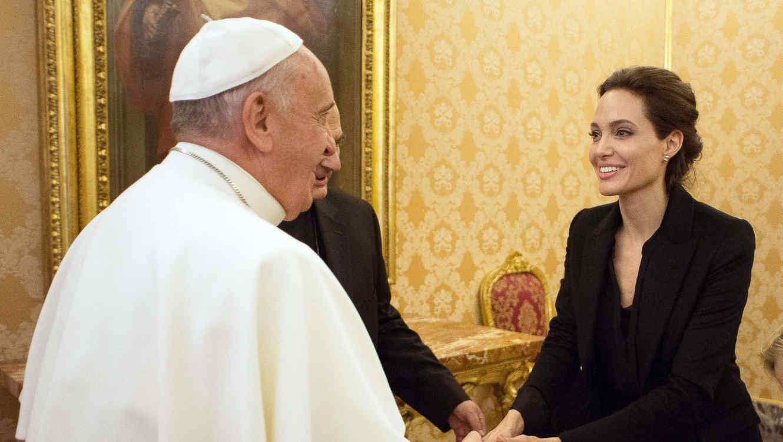 Angelina Jolie conoce al Papa Francisco en una visita al Vaticano