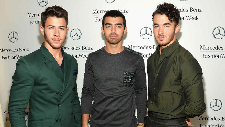 Nick Jonas, Joe Jonas y Kevin Jonas en el Mercedes-Benz Fashion Week Spring 2014.