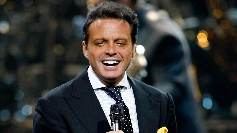 Luis Miguel cantando con un sonrisa