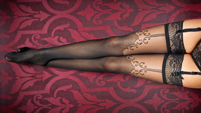 Piernas de mujer con medias veladas