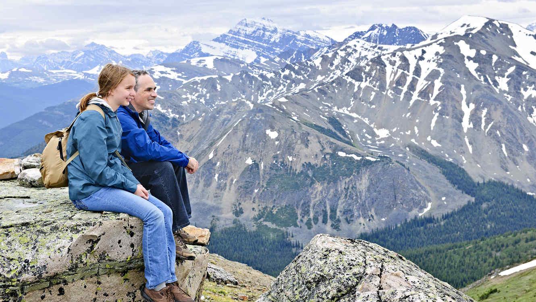 Padre e hija en las montañas de montana