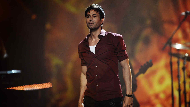 Enrique Iglesias presentando en MTV