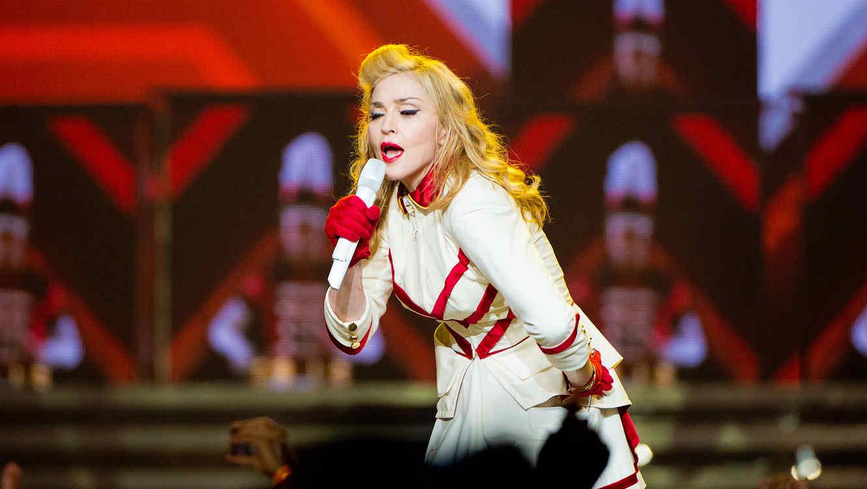 "Madonna cantando el en tour ""MDNA"""