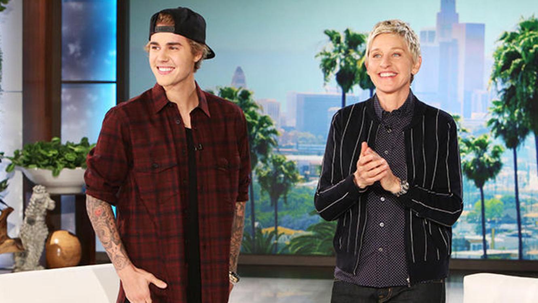 Justin Bieber y Ellen DeGeneres en su programa sonriendo
