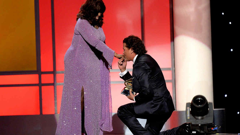 Carlos Vives arrodillado ganando premio en los premios Grammy 2015