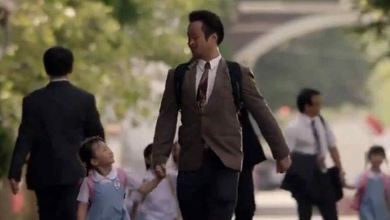 papá e hija caminando