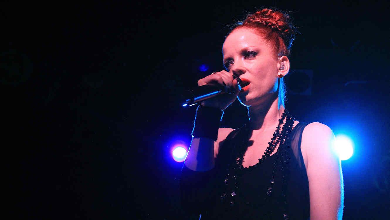 Shirley Manson cantando en la edición de junio y julio de NYLON.