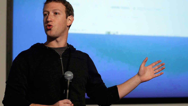 El fundador de Facebook, MarkZuckerberg, en conferencia en las instalaciones de su empresa en Menlo Park, California