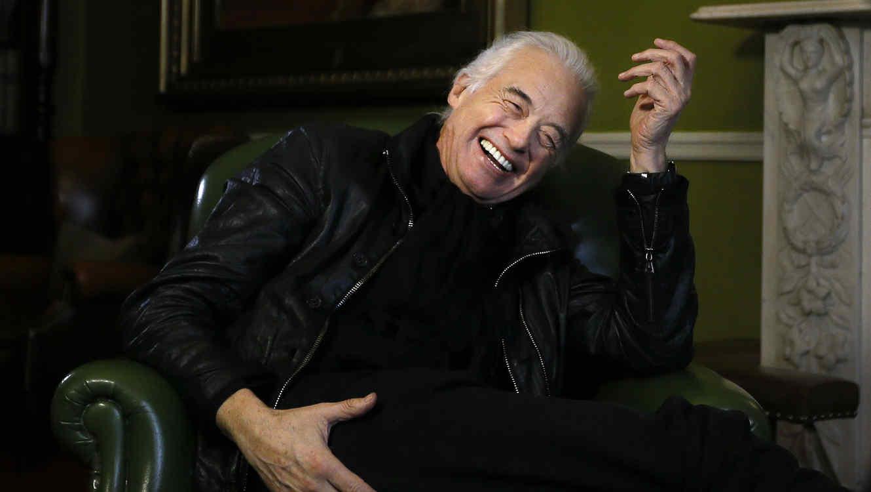 Jimmy Page riéndose en una sesión de fotoss