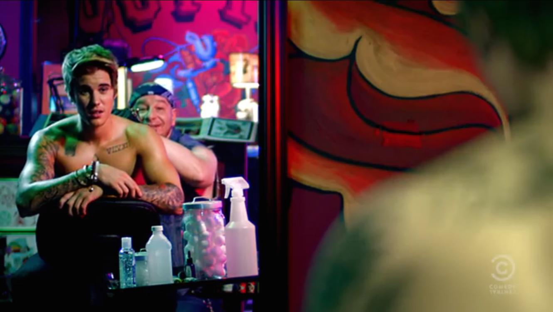 Justin Bieber junto a Jeffrey Ross durante su promocional del tatuaje del show en Comedy Central