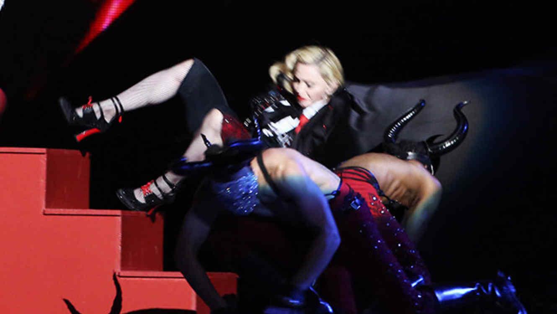 """Maddona se cayó en su presentación de """"Rebel Heart"""" en los Brit Awards"""