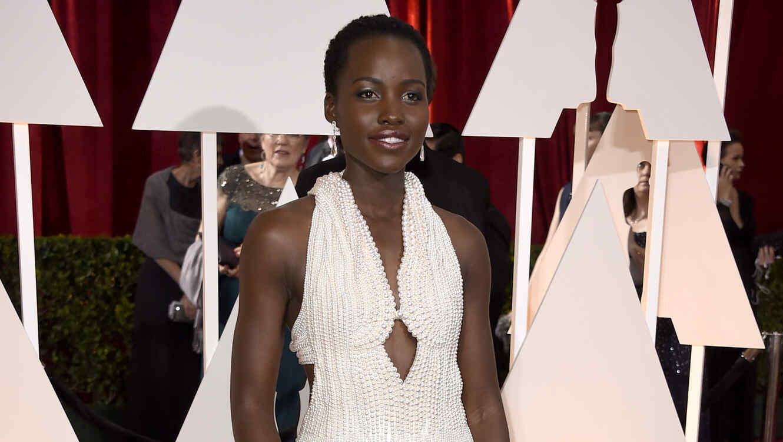 Lupita Nyongo en los premios Oscar 2015 con vestido de perlas