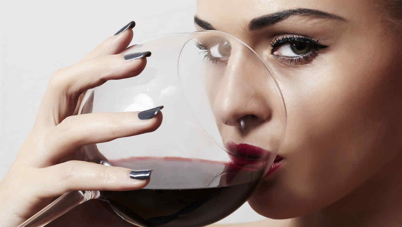 Mujer sexy tomando una copa de vino