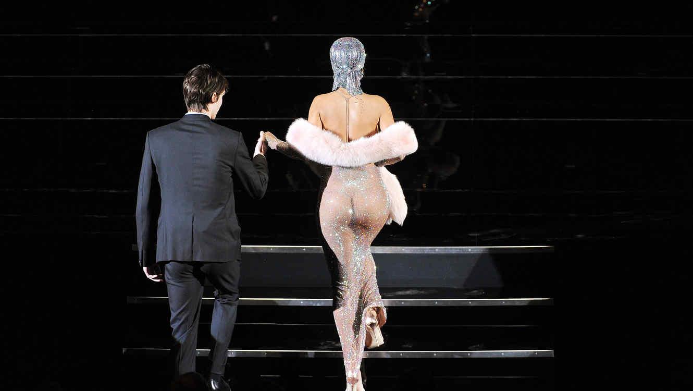 Rihanna sube escaleras en vestido transparente para aceptar su premio en los CFDA
