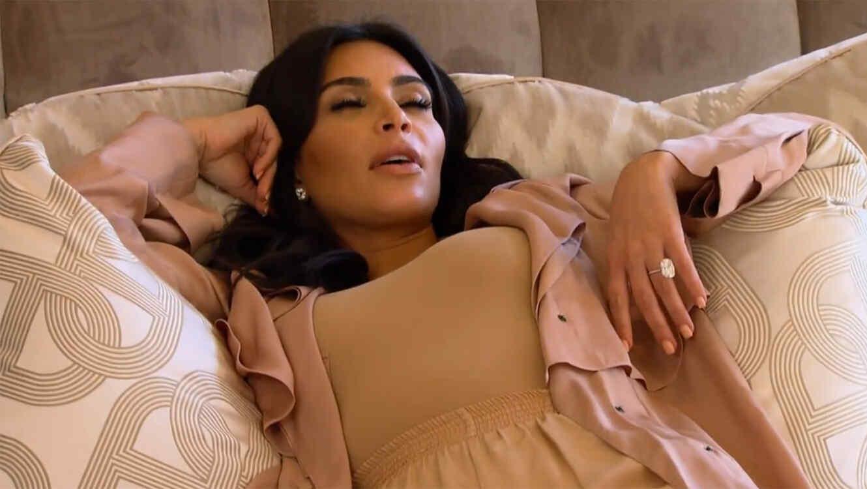 Kim Kardashian con ojos cerrados