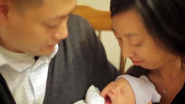 Padres con bebé adoptado