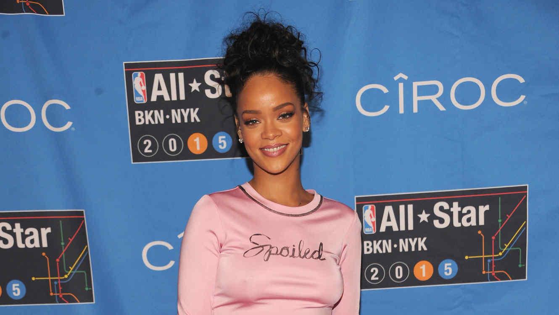 Rihanna desfilando en la alfombra  del NBA All Star Weekend