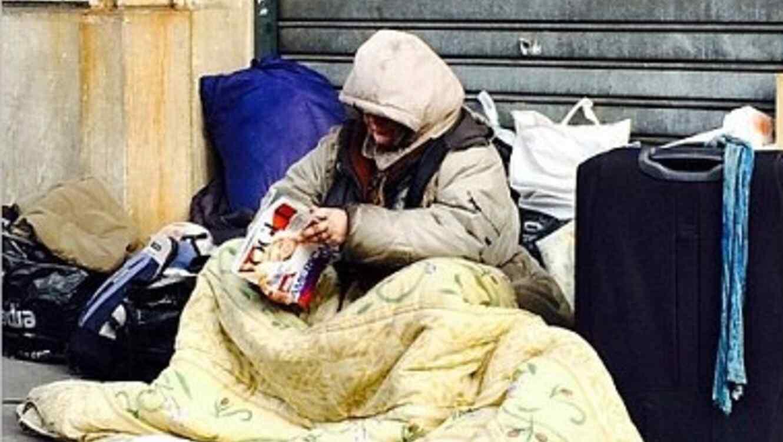 Mujer indigente leyendo vogue, foto polemica de Elizabeth von thurns und taxis