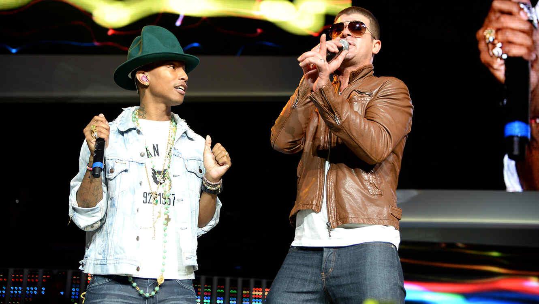 Robin Thicke y Pharrell Williams en presentación 2014