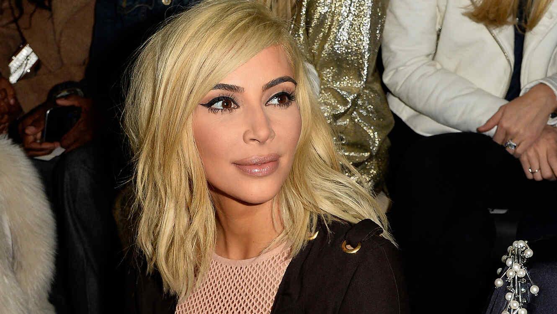 Kim Kardashian como rubia durante la semana de la moda 2015 en Paris