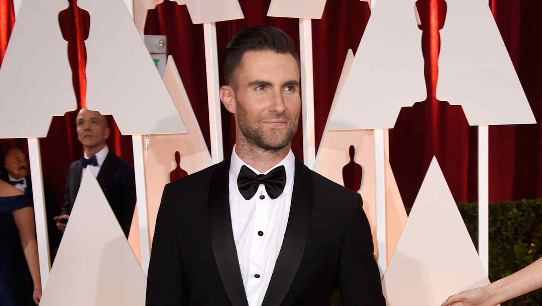 Adam Levine en la alfombra roja de los Academy Awards 2015