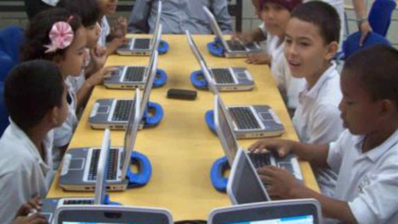 """Chicos con computadoras de fundación """"pies descalzos"""""""