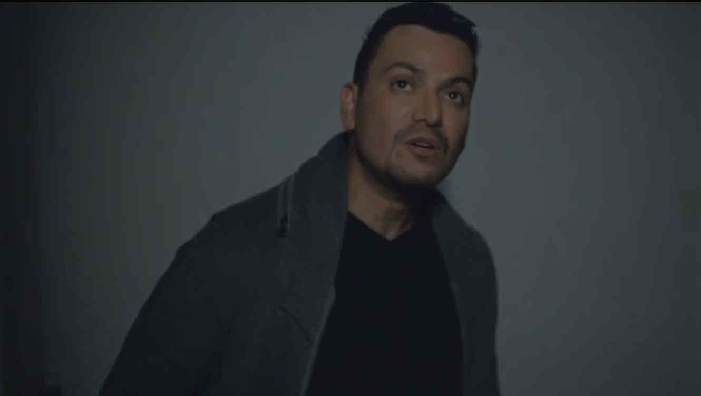 Victor Manuelle en su video Algo le pasa a mi Héroe