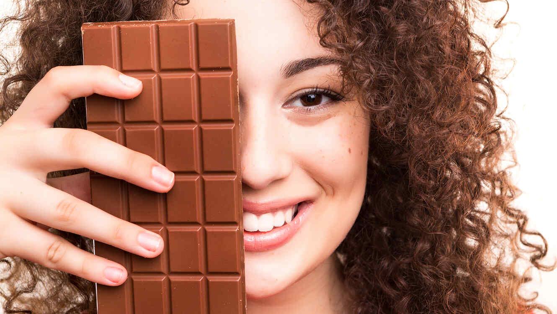 Mujer con barra de chocolate