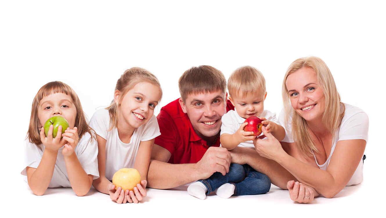 familia comiendo manzanas