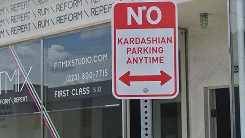 Señal de prohibido aparcar a Kardashian