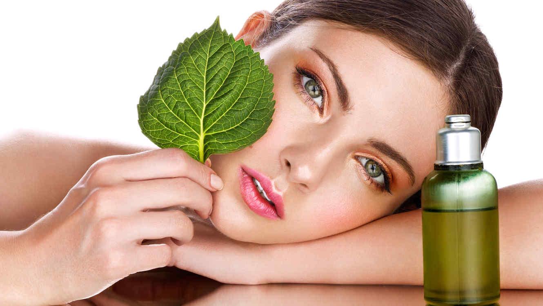 Mujer con aceite facial natural