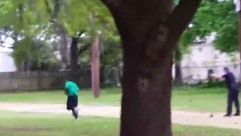 Un policía y un hombre escapando