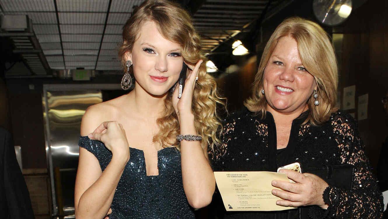 Taylor Swift con su madre en los Grammys