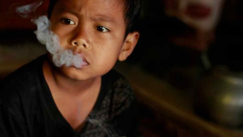 Dihan Awalidan fumando cigarrillo