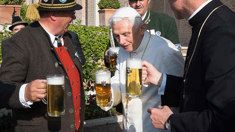 papa benedicto xvi bebiendo cerveza