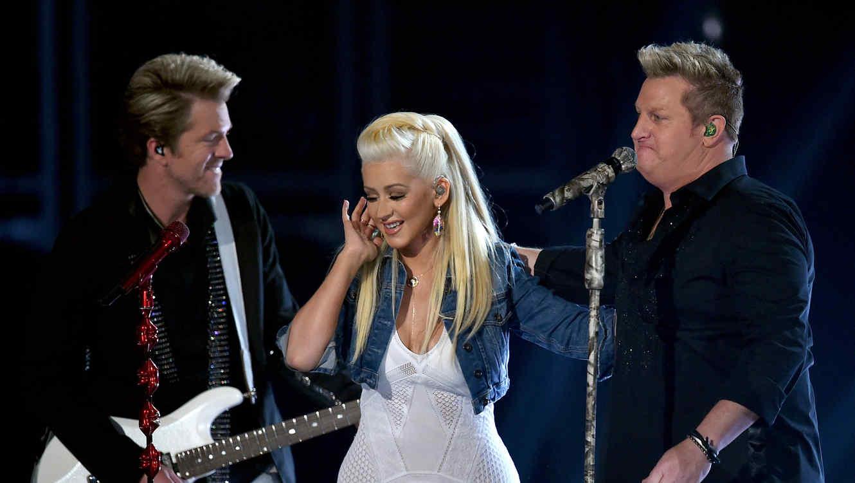 Christina Aguilera y los Rascal Flatts en los premios ACM 2015
