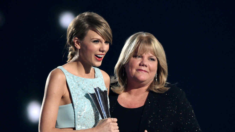 Taylor Swift recibe premio Milestone de su mamá Andrea Swift en los 50th Academy Of Country Music Awards.