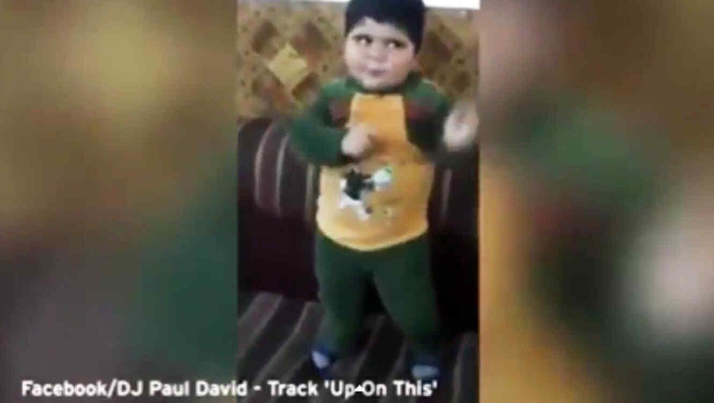 Niño bailando musica de DJ Paul David