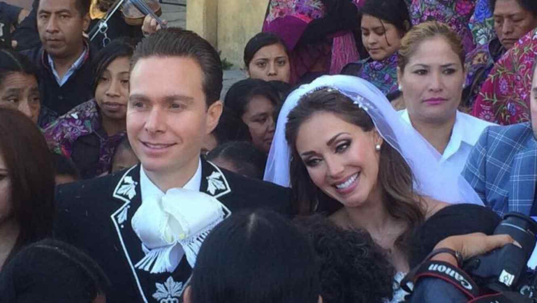 Anahí y Manuel Velasco el día de su boda en la catedral de San Cristobal en Chiapas, México.