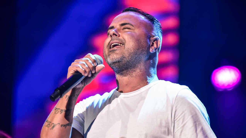 Juan Magan cantando en los ensayos de Premios Billboard 2015