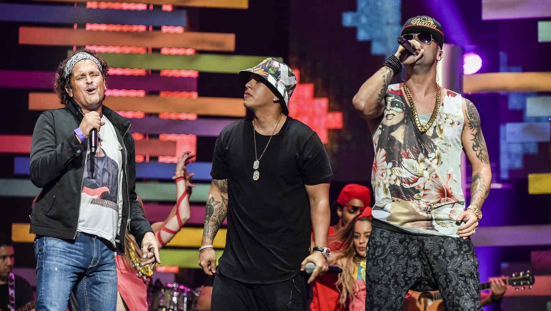 Carlos Vives, Wisi y Daddy Yankee cantando en los ensayos de Premios Billboard 2015