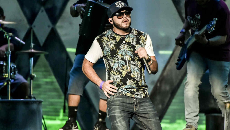 Gerardo Ortiz cantando en los ensayos de Premios Billboard