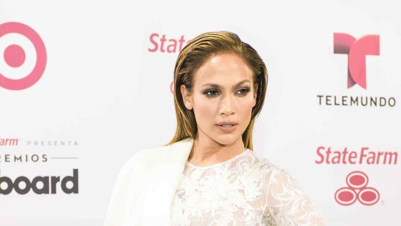 Jennifer López, posa en la alfombra blanca de los Premios Billboard 2015